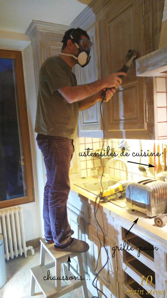 Cédric ponçant la cuisine en chaussons