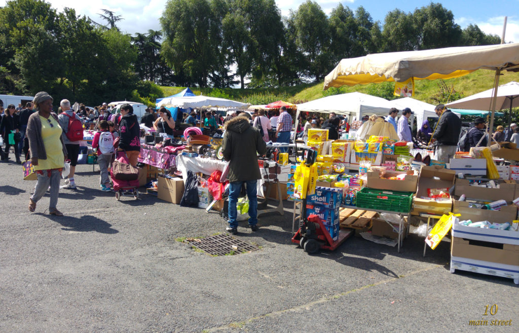 Affluence au vide-grenier du Parc du Tremblay
