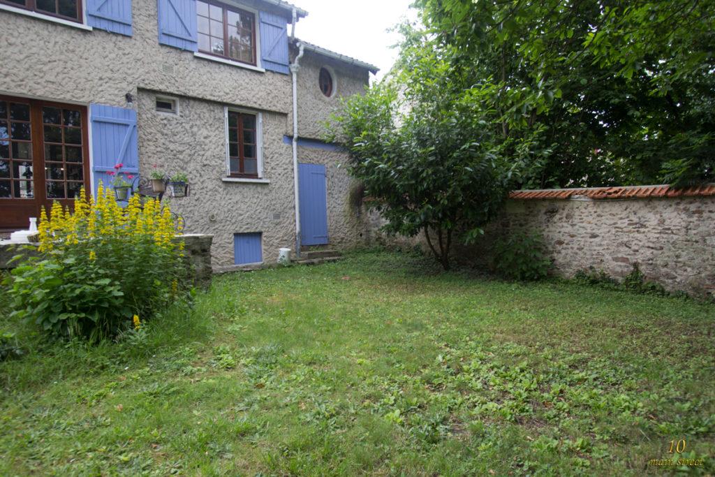 Le jardin côté terrasse et buanderie