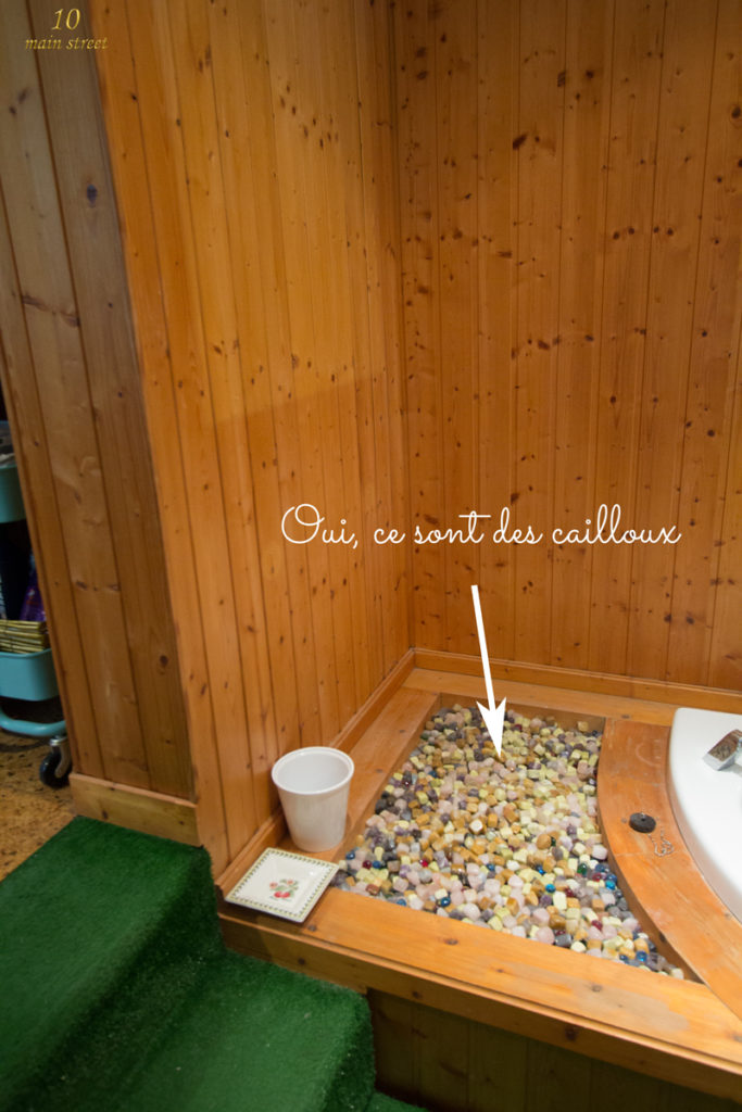 Cailloux dans la salle de bain