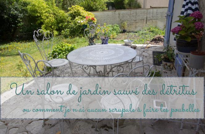 Un salon de jardin sauvé des détritus