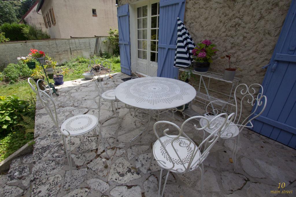 Salon de jardin sauvé des détritus