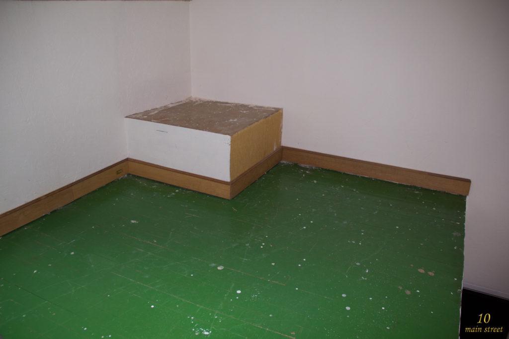 Le sol vert de la mezzanine du salon vidéo