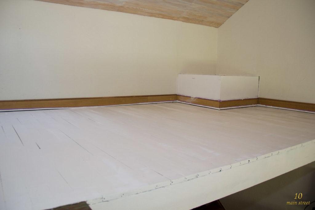 Plancher peint en blanc