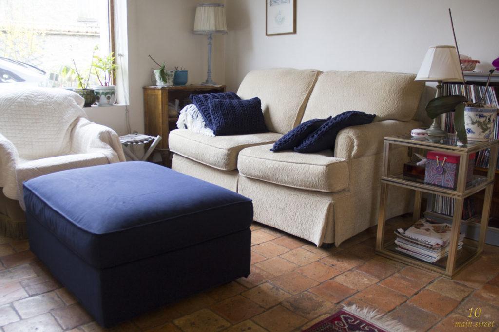 Le bibus derrière le canapé