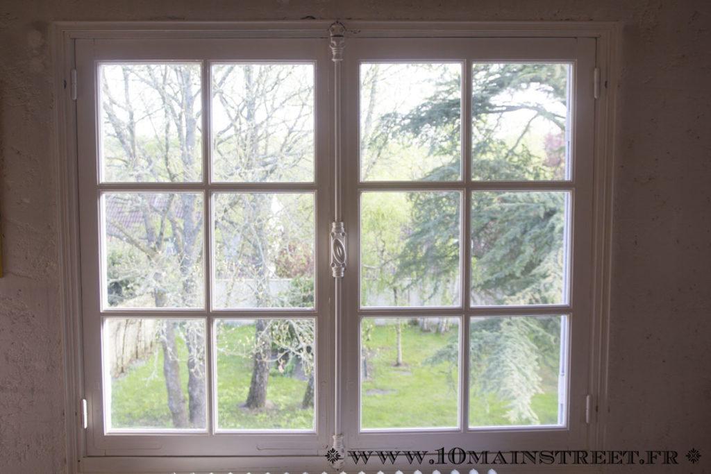 Fenêtre peinte en blanc cassé