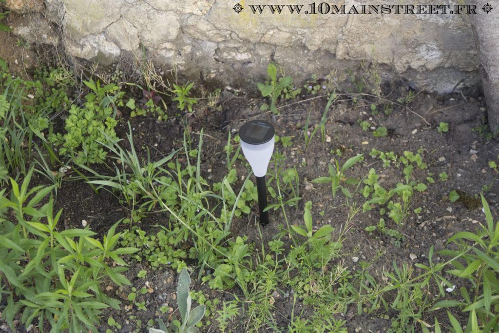 Luminaire solaire piqué dans le jardin