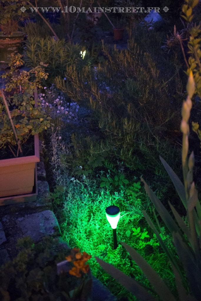 Luminaire solaire Aglaia allumé la nuit en vert