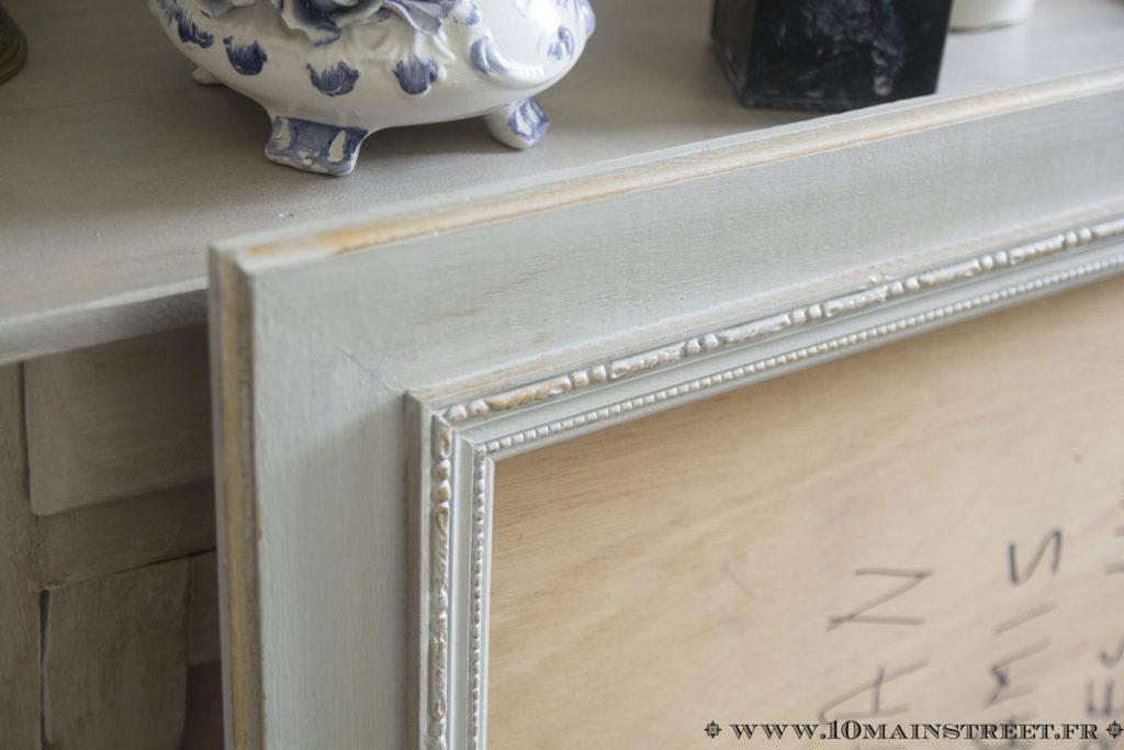 Miroir peint et patiné à la cire dorée Libéron