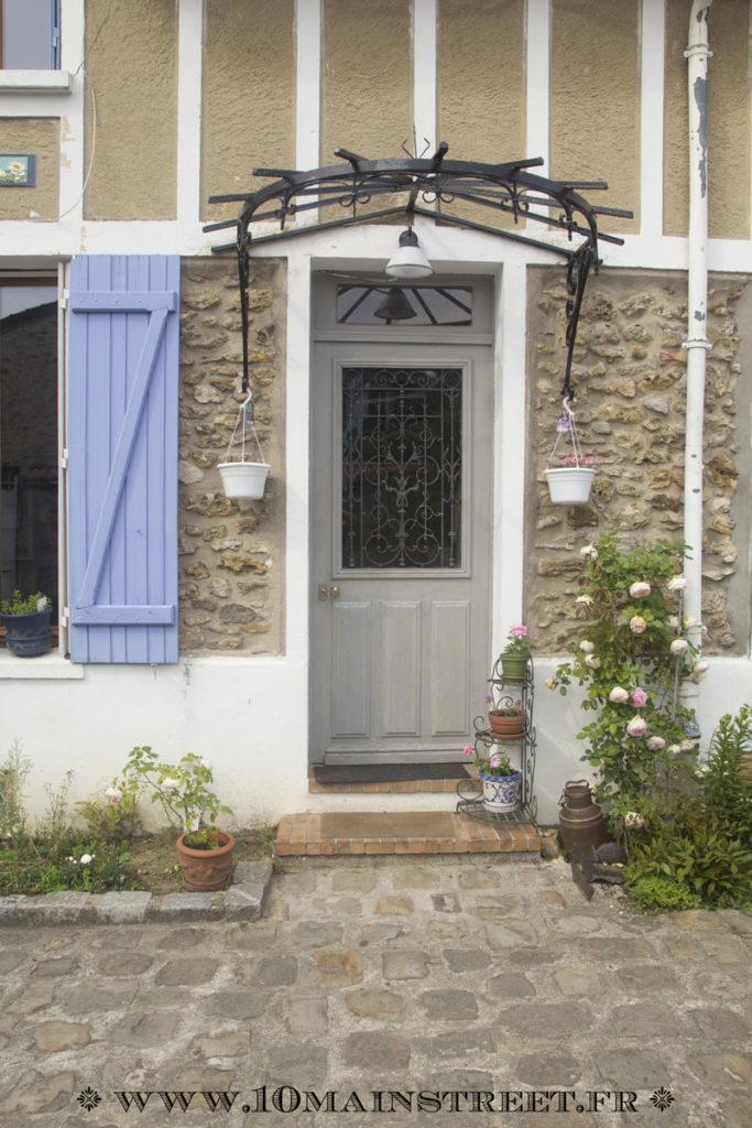 Porte d'entrée flanquée de rosiers Ronsard