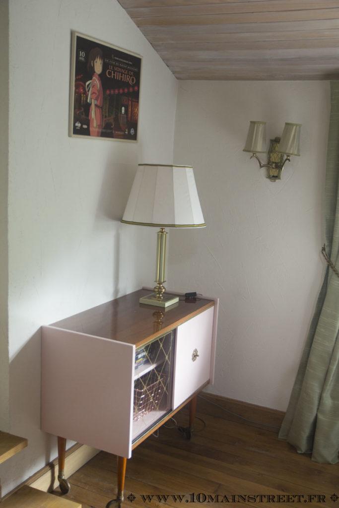Lampe des années 1960 installée dans le salon vidéo
