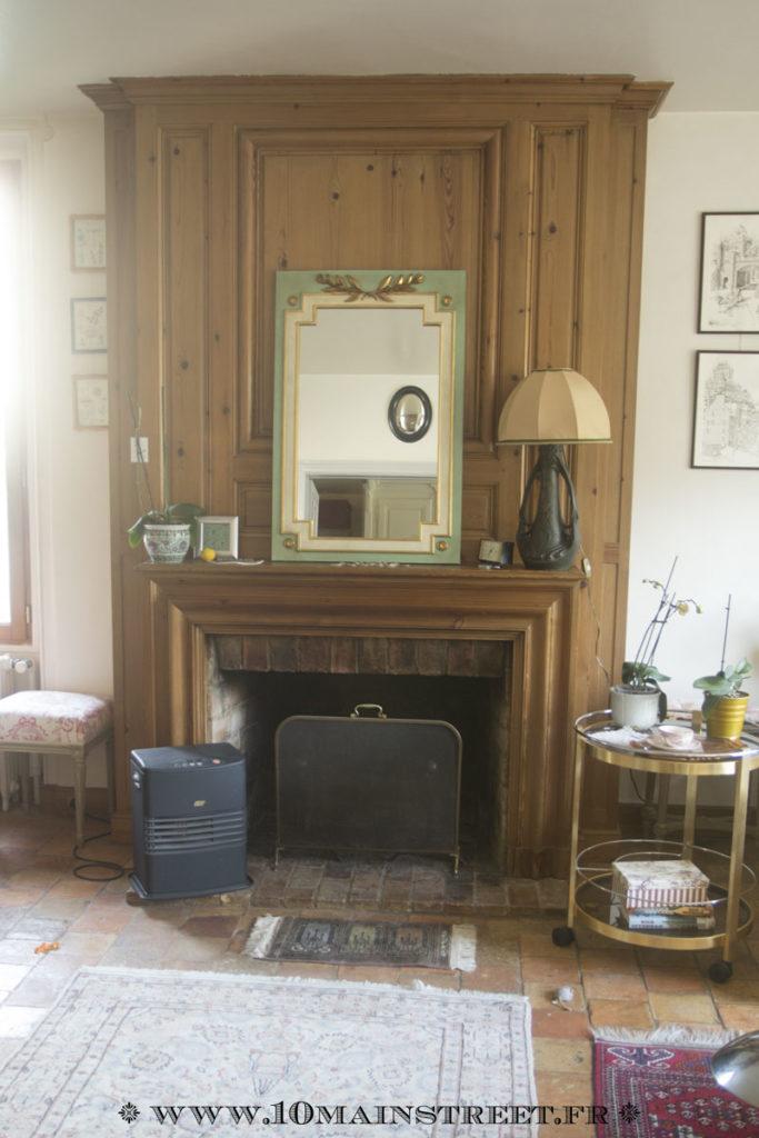 Le miroir installé sur le manteau de la cheminée