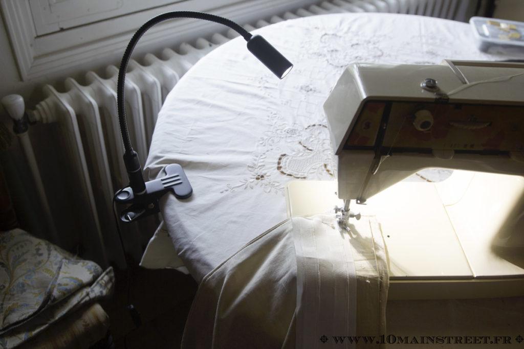Machine à coudre éclairée par la lampe Aglaia