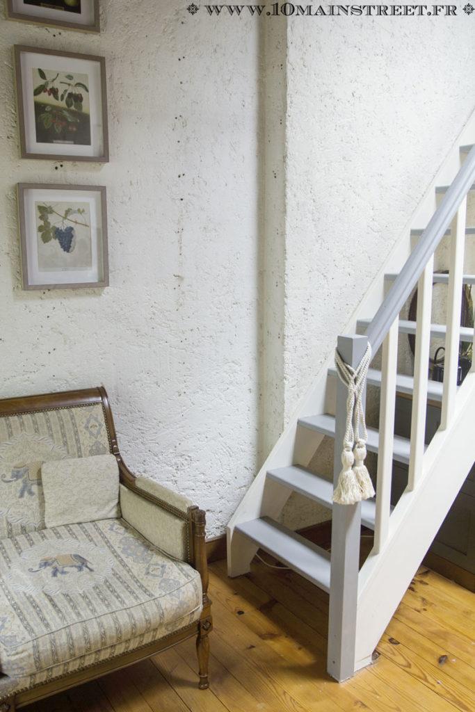 Embrasses installées en bas de l'escalier menant à la mezzanine