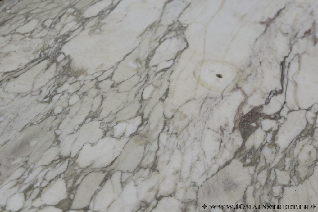 Plateau en marbre sale et un peu rayé