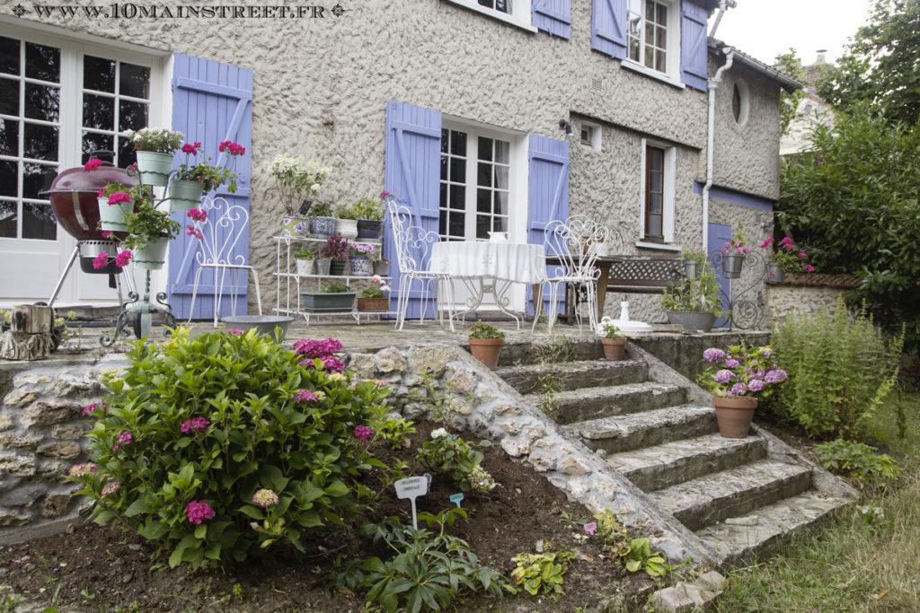 La terrasse avec les hortensias couverts de fleurs