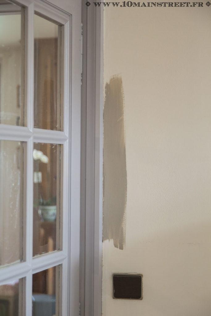 Essai de peinture à côté de la double-porte menant au salon
