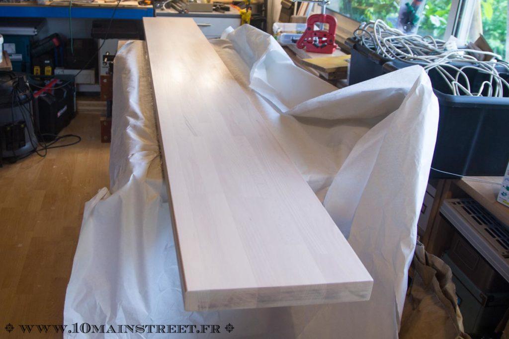 Application du vernis sur le plan de travail en bois