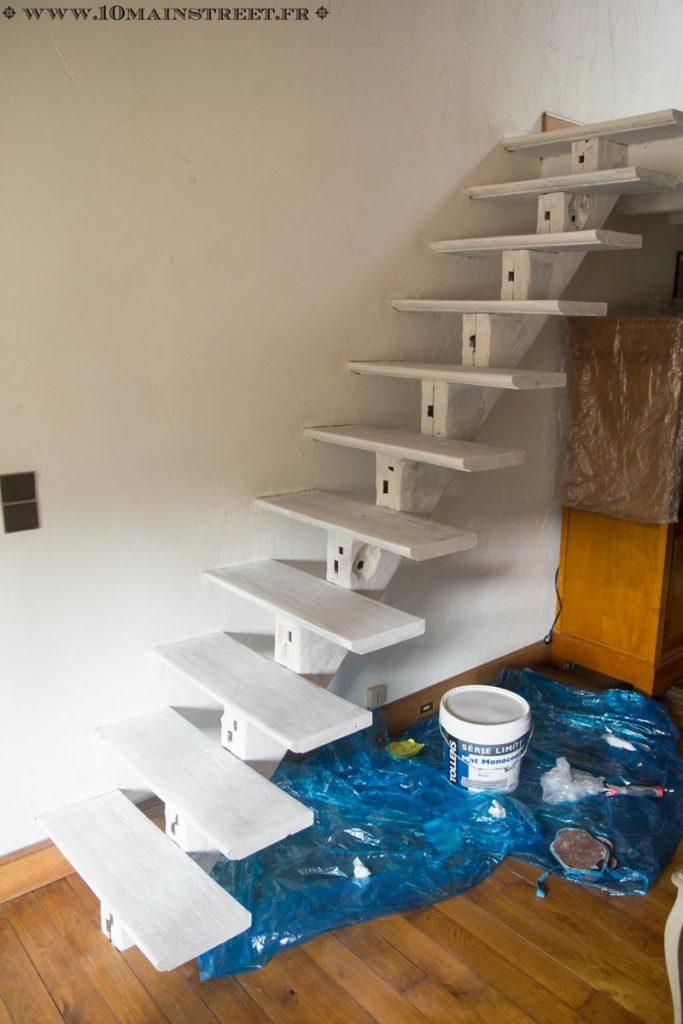 Une couche de blanc sur l'ensemble du vieil escalier