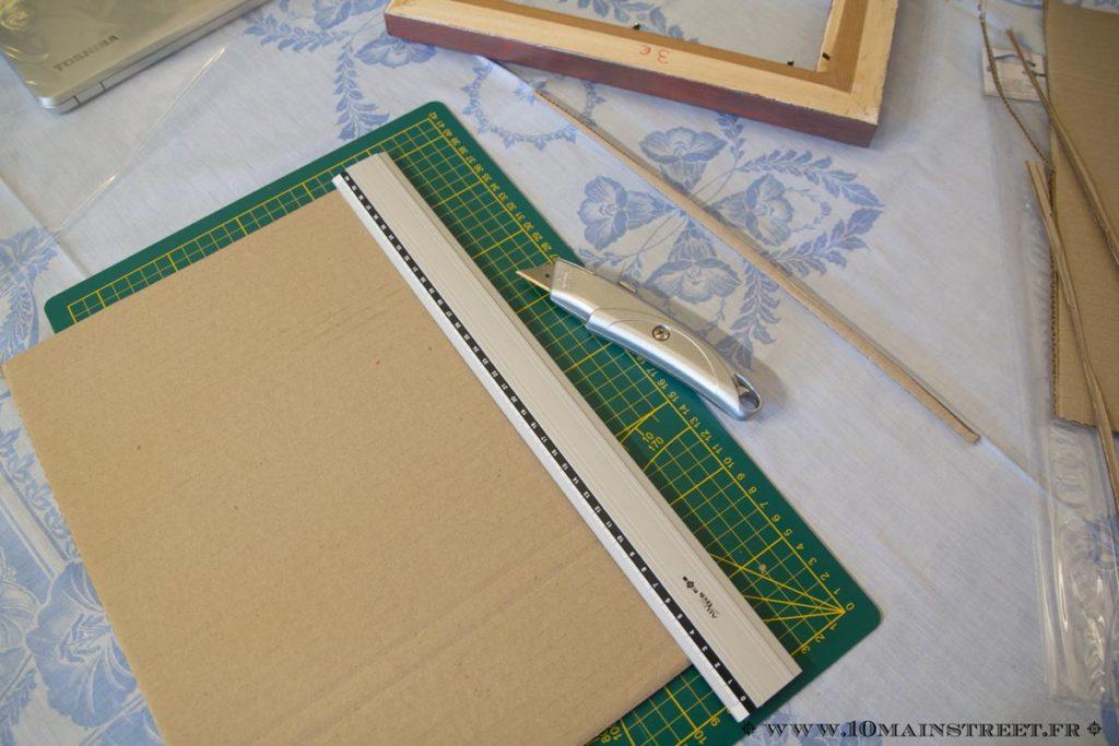 Découpe d'un carton pour mettre dans le cadre