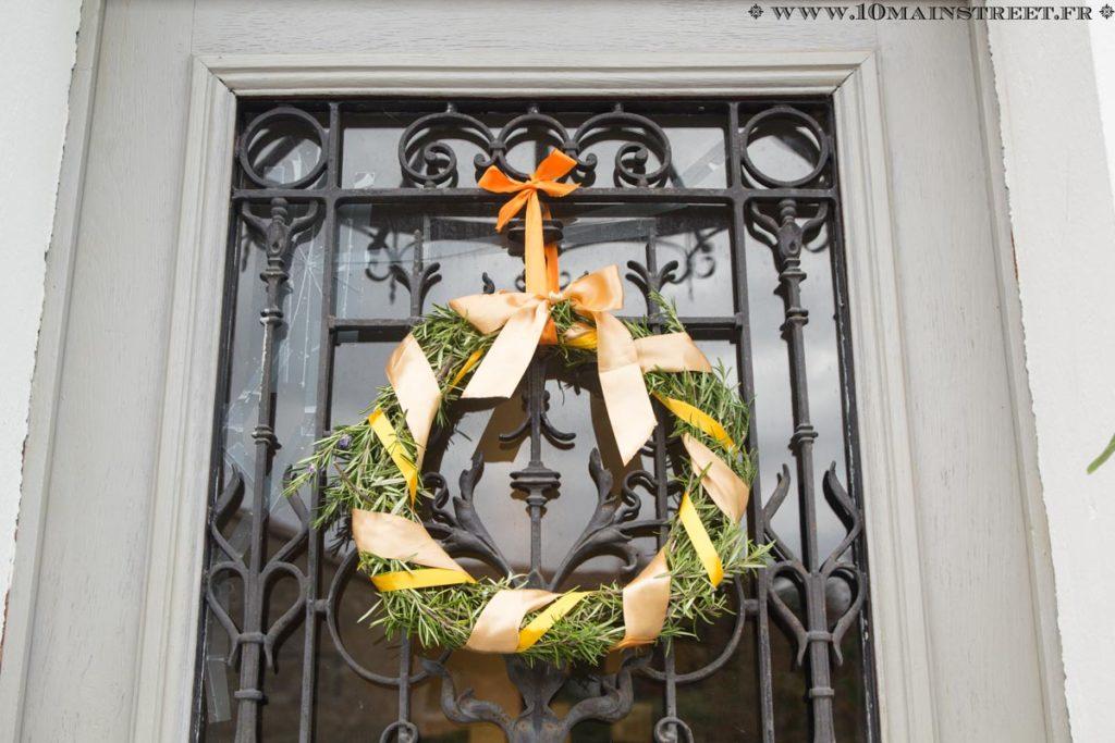 La couronne d'automne en romarin sur la porte