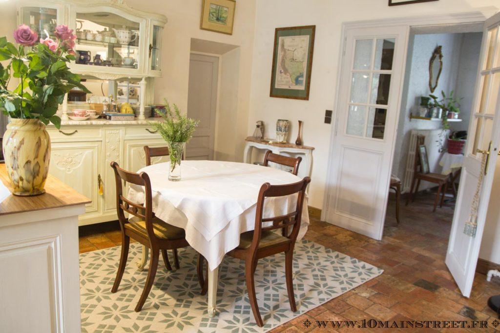 La salle à manger avec le nouveau tapis