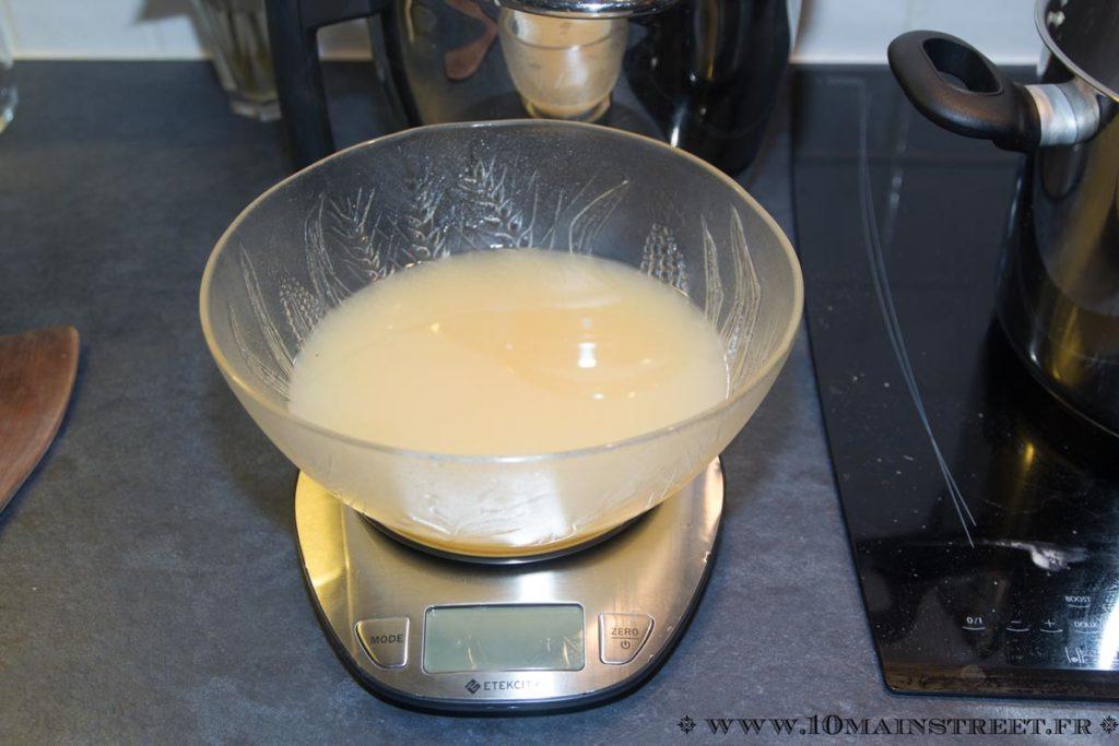 Pesez le jus pour ajouter la même quantité en sucre