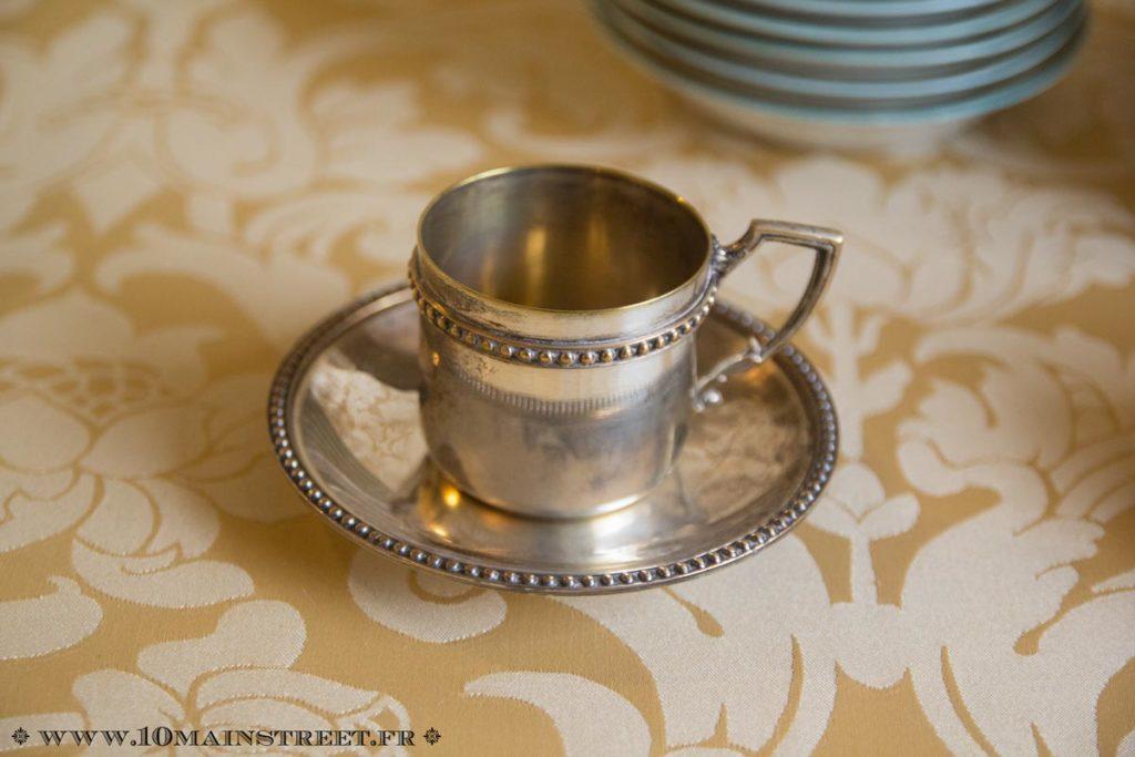 Tasse à café en métal argenté
