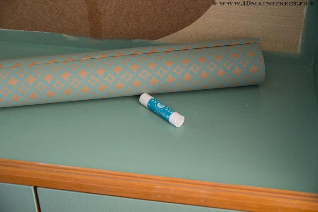 Utiliser de la colle blanche en tube pour coller le papier cadeau