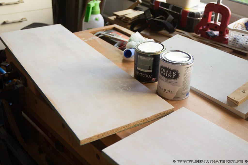 Peinture des étagères en utilisant la chalk paint Action comme sous-couche
