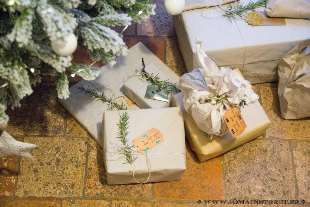 Paquets cadeaux en papier d'emballage Amazon et branche de romarin