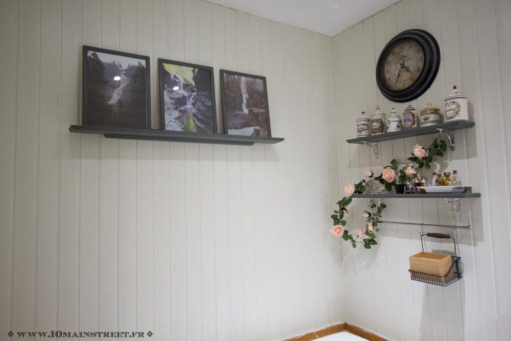 Mur décoré de photos côté bain