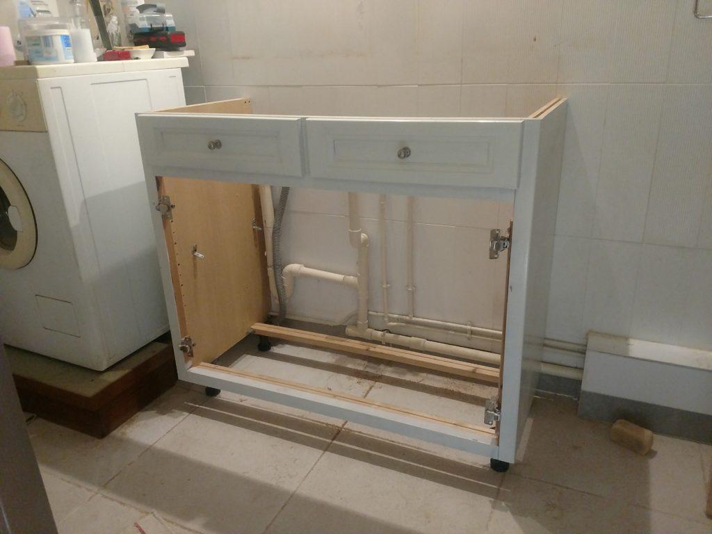 Meuble vasque en cours d'installation