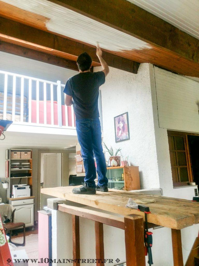 Enjamber l'escalier pour peindre le plafond en lambris