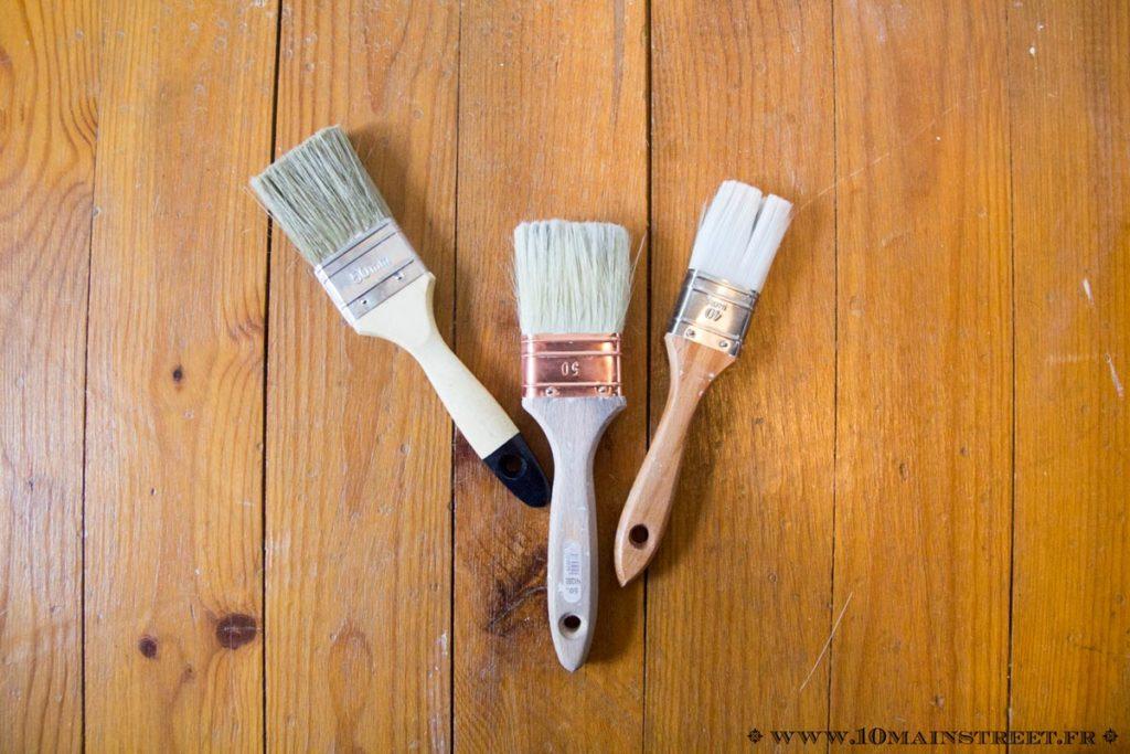 Pinceaux utilisés pour peindre le plafond en lambris