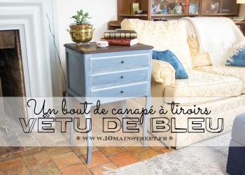 Un bout de canapé à tiroirs vêtu de bleu