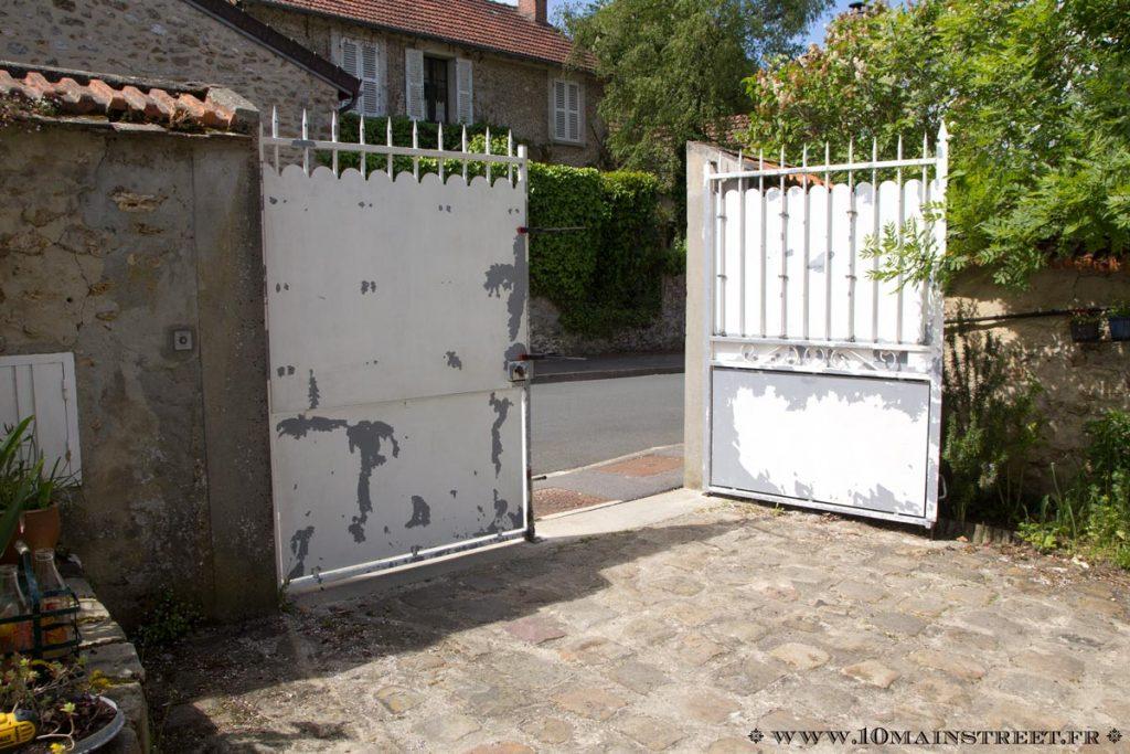 Peinture du portail partant en lambeaux