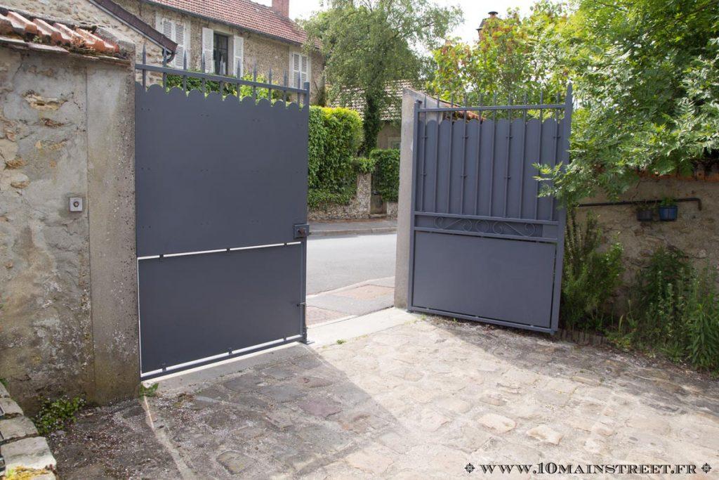 Le portail repeint ouvert