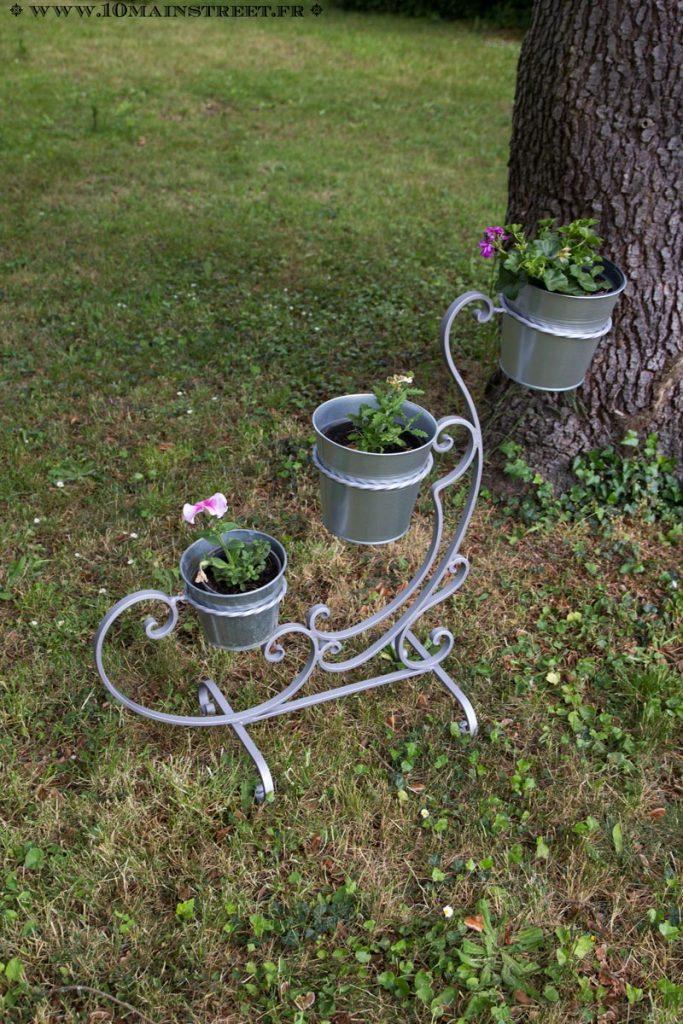 Les plantes sur le support à plantes