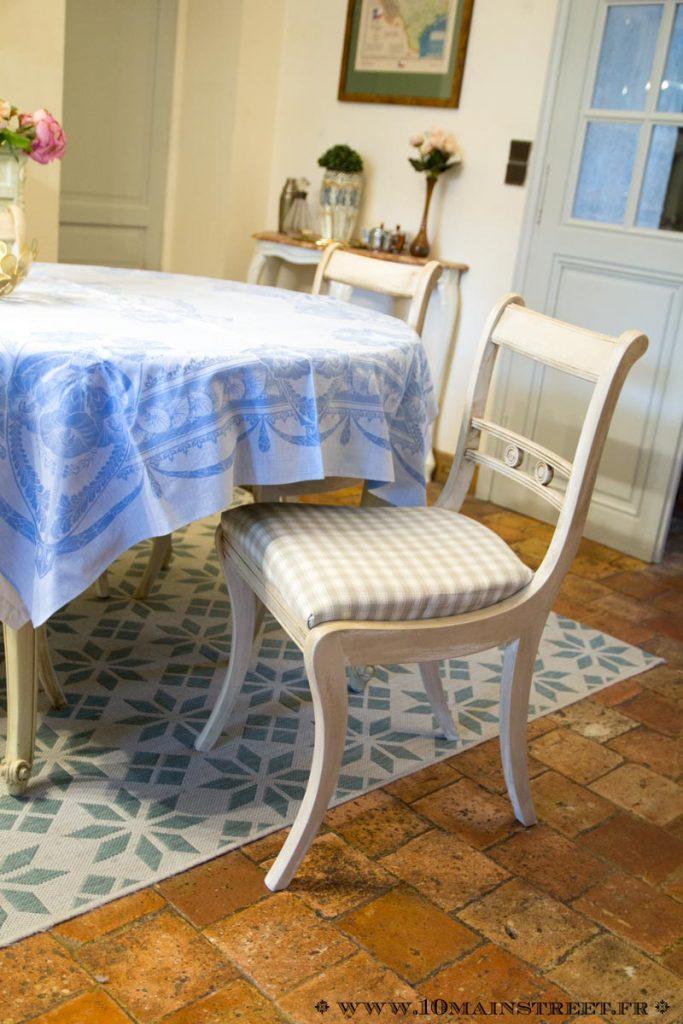 Chaise en merisier entièrement relookée