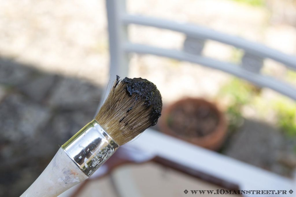 Petite quantité de cire prélevée au pinceau
