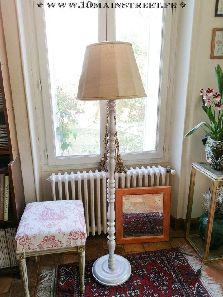 Lampadaire vintage en bois relooké avec les produits ID Paris
