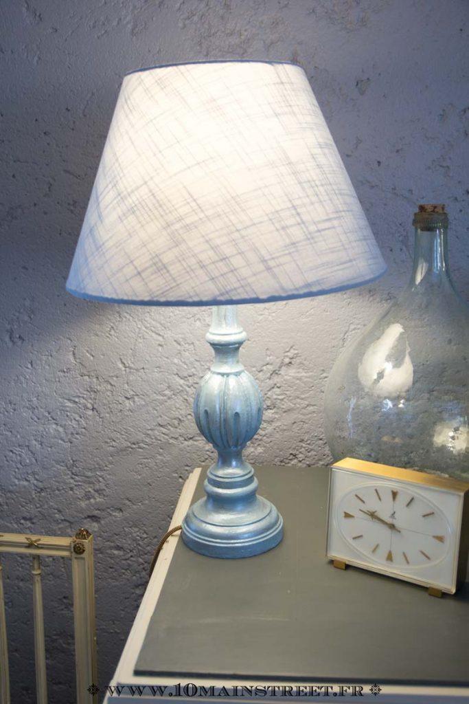 Lampe vintage en bois relookée bleue nacrée