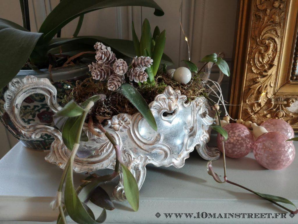 Jardinière ornée de décorations de Noël