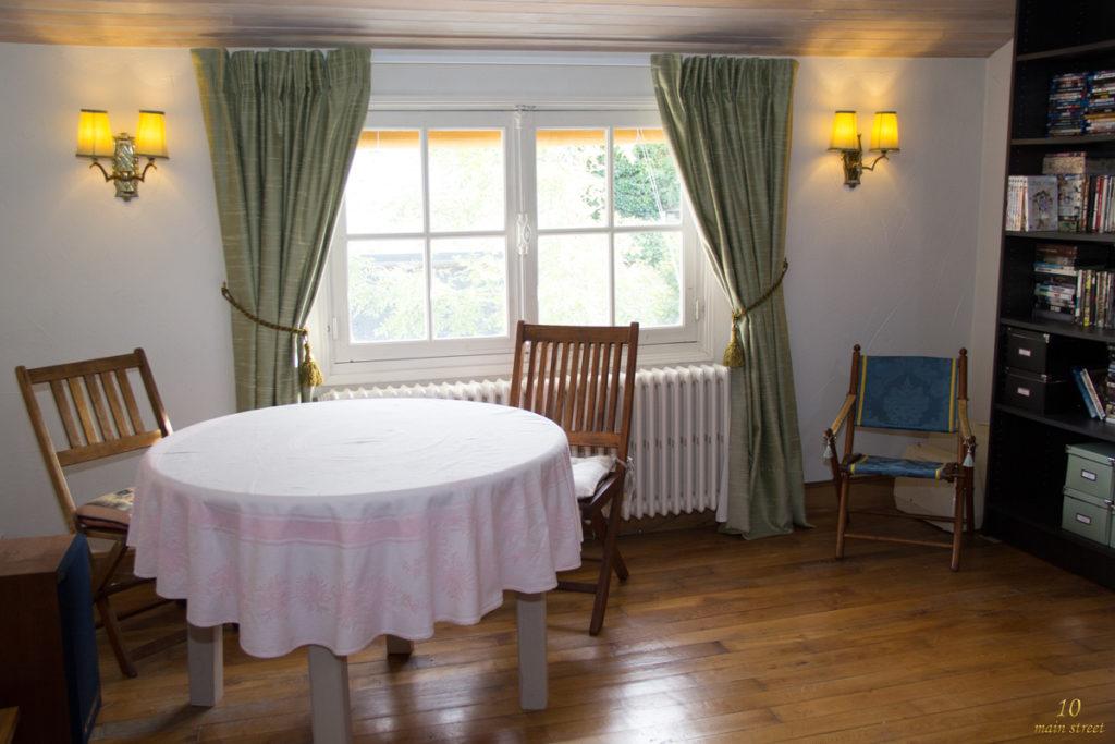 Des rideaux pour une fen tre trop petite dans le salon vid o - Habiller fenetre sans rideau ...