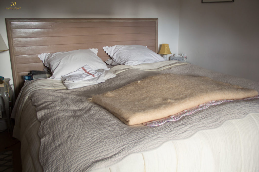 Le lit dans notre chambre avant rénovation