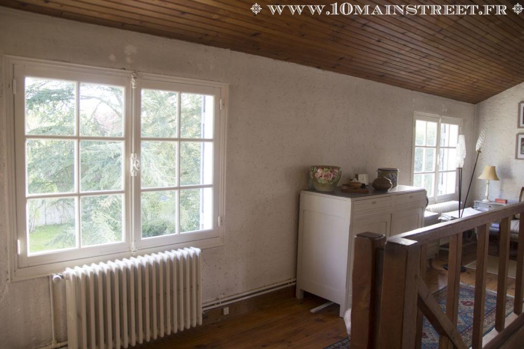 Fenêtres peintes en blanc cassé