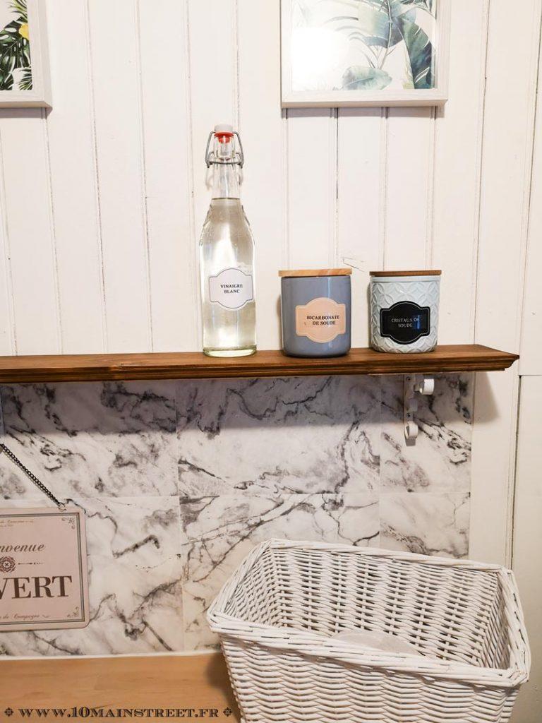 Crédence en marbre sous l'étagère en bois