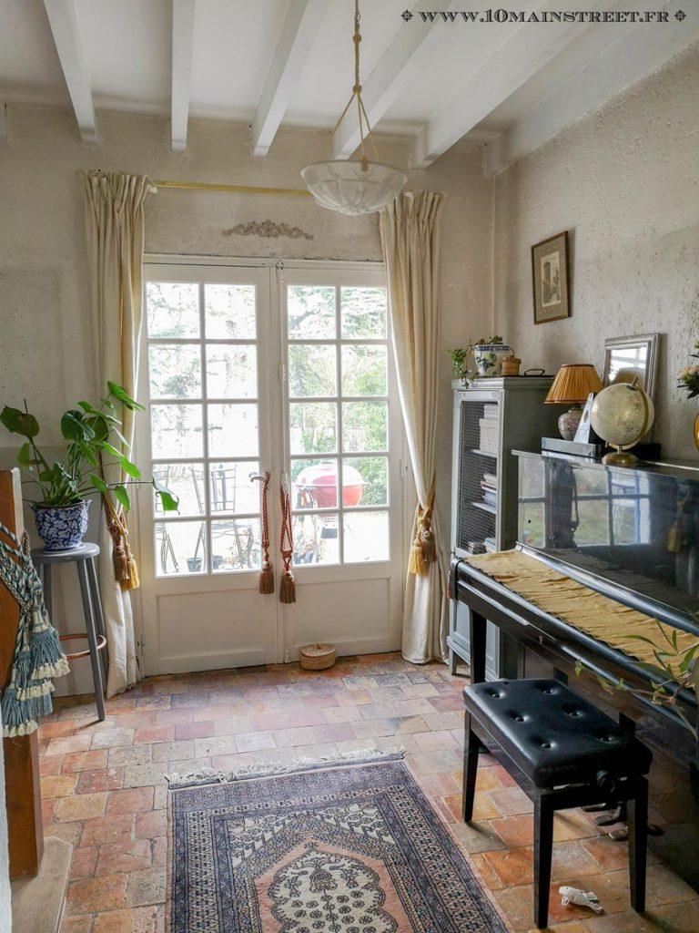 Les poutres peintes en blanc, côté piano