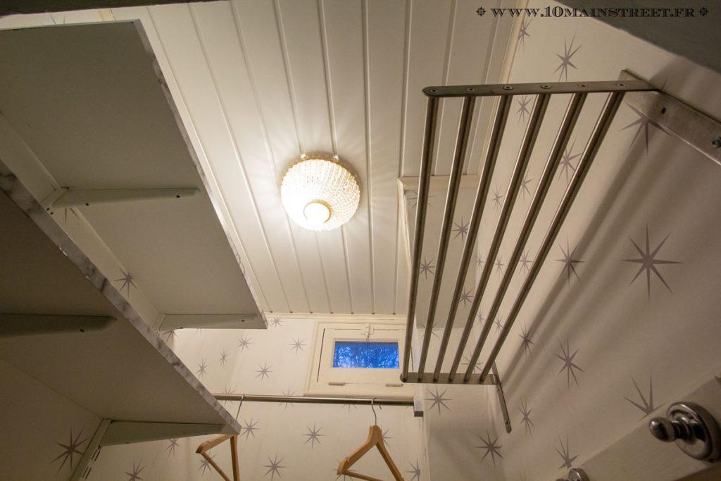 Etagère à chapeaux & lambrisPVC au plafond